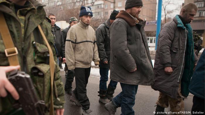 Ратифікація Україною Римського статуту дозволила би притягти до відповідальності винних у військових злочинах на Донбасі, якими можуть бути визнані й паради військовополонених у Донецьку (на фото), підкреслюють правозахисники. У РНБО заперечують