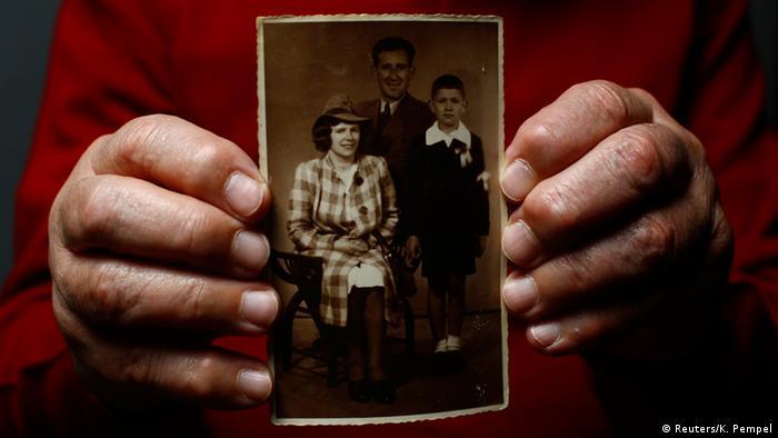 Der Auschwitz-Überlebende Bogdan Bartnikowski, 82, der mit der Lagernummer 192731 registriert war, hält ein Familienfoto für ein Porträt in Warschau am 18. Dezember 2014 in der Hand. Bartnikowski war 12 Jahre alt, als er und seine Mutter ins Lager Auschwitz-Birkenau geschickt wurden. Nach dem Krieg arbeitete Bartnikowski als Pilot und wurde später Journalist und Schriftsteller.