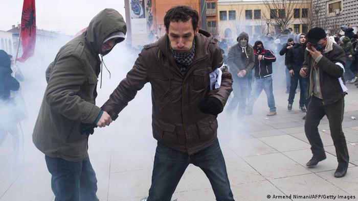 Ausschreitungen in Pristina - Demonstranten versuchen sich nach einem Tränengas-Einsatz der Polizei in Sicherheit zu bringen (Foto: Armend Nimani/AFP/Getty Images)