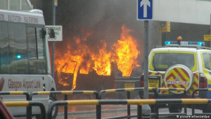 Explosion vor dem Terminal des Glasgow Airport (picture-alliance/dpa)