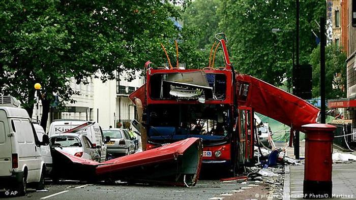 Anschläge auf U-Bahnen und Busse in London 07.07.2005 (picture-alliance/AP Photo/D. Martinez)