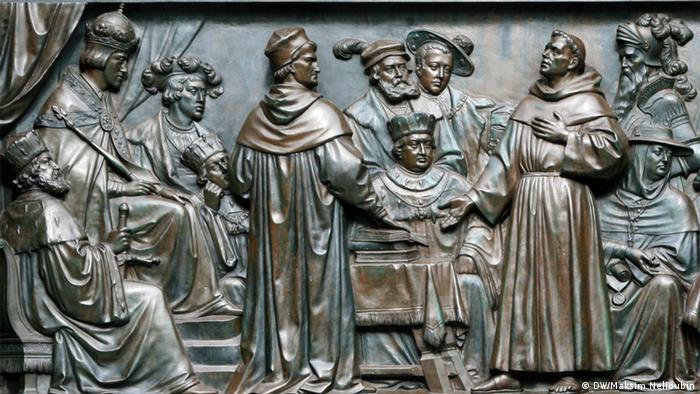 Выступление Лютера на рейхстаге. Фрагмент одного из барельефов, украшающих памятник Лютеру в Вормсе