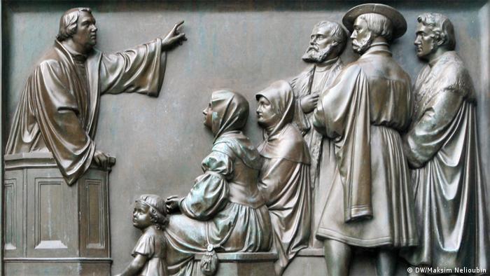 Лютер выступает с проповедью. Фрагмент одного из барельефов, украшающих памятник Лютеру в Вормсе