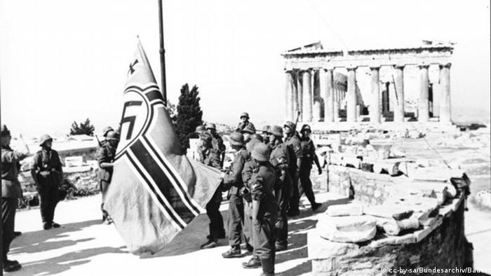Deutsche Soldaten beim Aufziehen der Hakenkreuz-Flagge auf der Akropolis 1941 (photo: cc-by-sa/Bundesarchiv/Bauer)