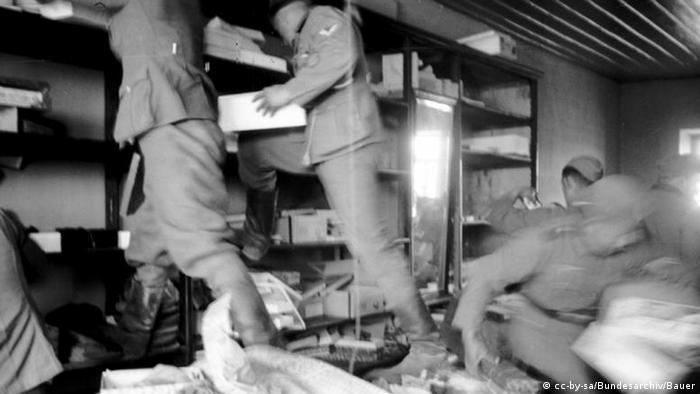 Deutsche Soldaten plündern ein Geschäft