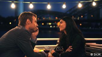 Marc und Lale schauen sich verliebt an © DCM