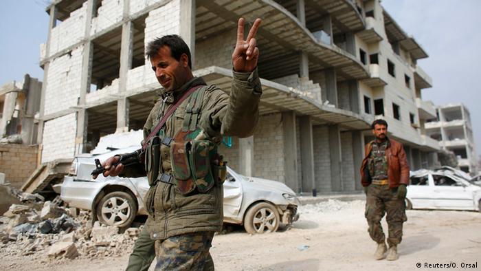 Kurdische Kämpfer feiern die Befreiung Kobanes - 28.01.2015 (Foto: Reuters)