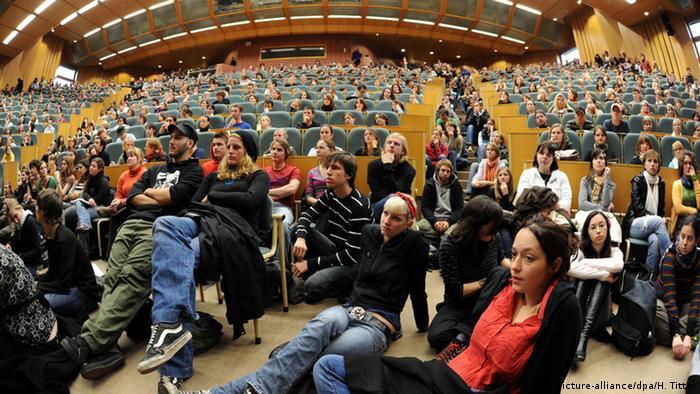 Переполненный лекционный зал в Трирском университете