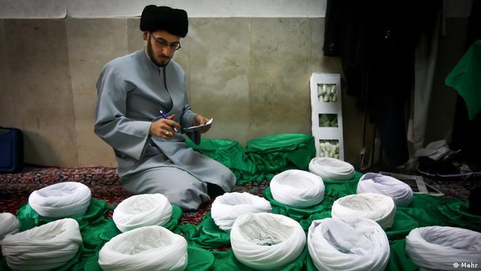 عکس از آرشیو؛ یک طلبه در قم در حال شمارش عمامه ها