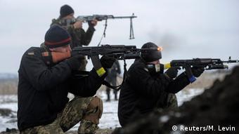 Ukrainische Soldaten bei einer Schießübung in der Nähe von Lugansk 29.01.2015