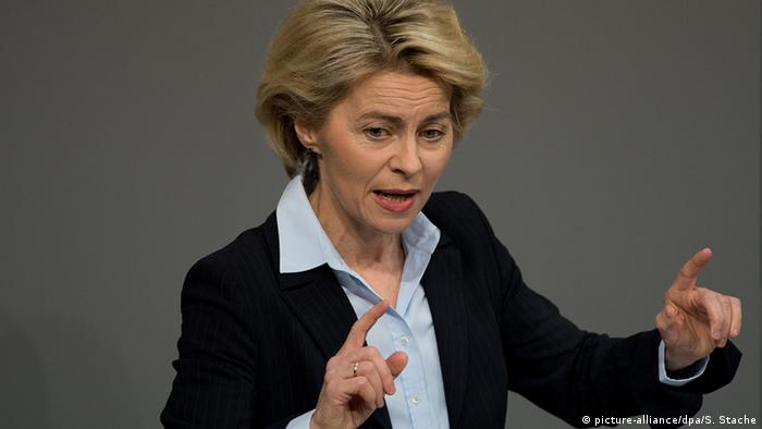 Verteidigungsministerin Ursula von der Leyen spricht im Bundestag (Foto: Sören Stache/dpa)