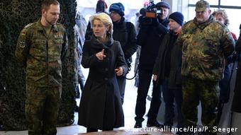 Deutschland Verteidigungsministerin Ursula von der Leyen bei Soldaten