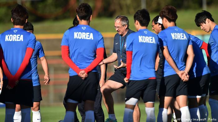 Ulrich Stielike mit seinen Spieler beim Training vor dem Finale des Asien-Cups (Foto: Getty Images)
