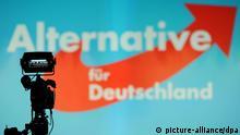 Eine der TV-Kameras steht am 30.01.2015, kurz vor Beginn des Bundesparteitages der Partei Alternative für Deutschland (AfD) in Bremen, vor der Bühne des Congress Centrums. Zu dem Parteitag, der am Freitagabend beginnen soll, werden mehr als 2000 AfD-Mitglieder erwartet. Sie sollen die Weichen für eine neue Führungsstuktur stellen. Dazu soll eine neue Satzung verabschiedet werden. Foto: Ingo Wagner/dpa