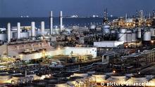 ARCHIV - Die undatierte Aufnahme zeigt eine Erdölraffinerie bei Dhahran an der Ostküste von Saudi-Arabien. Das Opec-Mitglied Saudi-Arabien ist der weltgrößte Erdölproduzent und ein wichtiger Handelspartner der Bundesrepublik Deutschland. Foto: Epa +++(c) dpa - Bildfunk+++