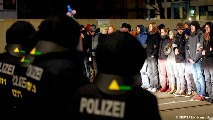 Polizisten stehen vor Gegendemonstration zu Legida-Demonstration in Leipzig (Foto: rtr)