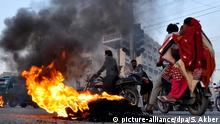 epa04595465 Pakistani Shiite Muslims burn tyres during a protest against the suicide bombing that killed dozens of their community members in the Lakhi Dar area of Shikarpur, in Karachi, Pakistan, 30 January 2015. At least 48 people were killed on 30 January in a bombing attack at a Shiite mosque in southern Pakistan, police said, and a militant group linked to the Islamic State Sunni extremist organization claimed responsibility. Some 50 people were injured in the attack in Sindh province's Shikarpur, about 500 kilometers north of the port city of Karachi, said Shaukat Ali, a medic at a hospital in the city. He said many were in serious condition. Live television broadcast showed people and medics carrying the dead and injured out of the damaged mosque. EPA/SHAHZAIB AKBER +++(c) dpa - Bildfunk+++