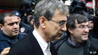Orhan Pamuk vor Gericht in Istanbul
