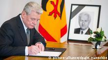 German President Joachim Gauck writes in a condolence book for late former president Richard von Weizsaecker, in Berlin January 31, 2015. Former president Weizsaecker died on Saturday at the age of 94, the current president's office said. Photo: Hannibal Hanschke dpa