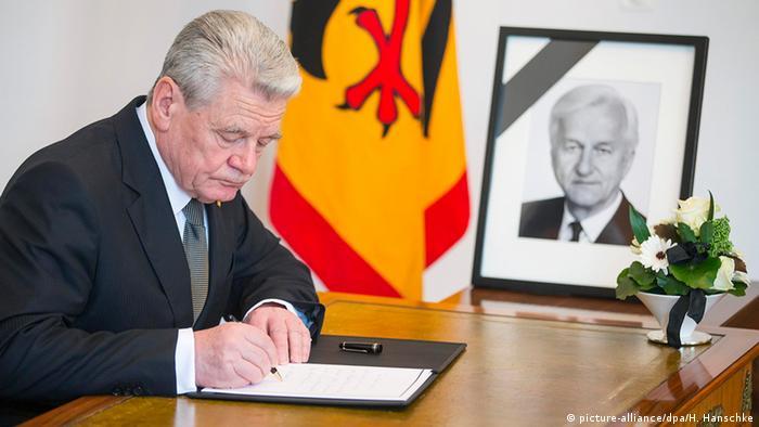 Bundespräsident Joachim Gauck trägt sich in das Kondolenzbuch zum Tod Richard von Weizsäckers ein (Foto: dpa)