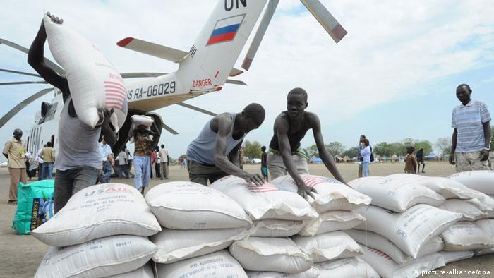 Symbolbild Süd Sudan - Lebensmittelrationen des WFP (picture-alliance/dpa)
