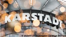 ARCHIV - Lichter leuchten am 25.10.2013 vor einer Filiale der Warenhauskette Karstadt in Hannover (Niedersachsen). Foto: Hauke-Christian Dittrich/dpa (zu KORR: Lichterkette aus - Sorgen an: Bei Karstadt geht es 2015 ums Ganze vom 23.12.2014) +++(c) dpa - Bildfunk+++