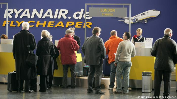Ryanair counter (picture-alliance/Ingo Wagner)