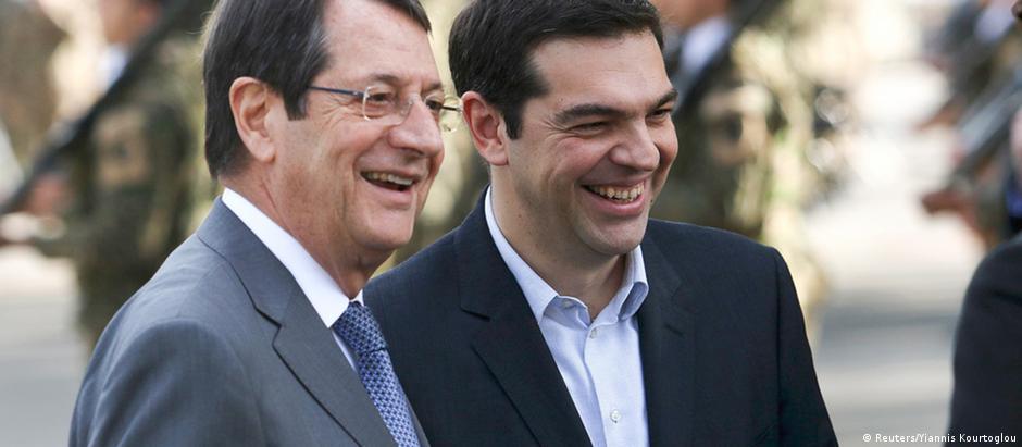 Tsipras com o presidente do Chipre, Nicos Anastasiades, em Nicósia