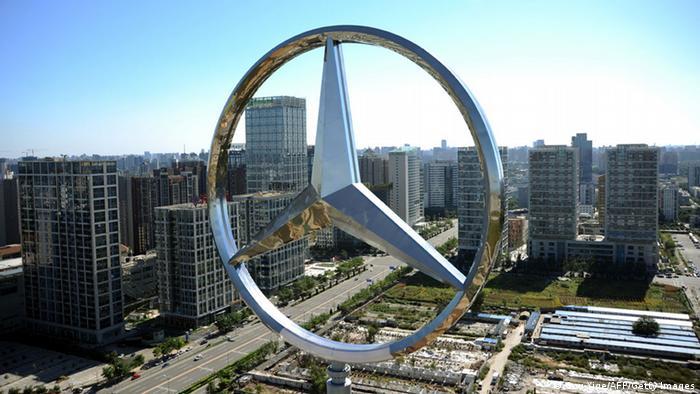 El logo de Mercedes Benz en Beijing.