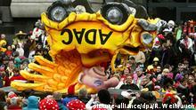 Ein politischer Motivwagen um die ADAC-Affäre fährt am 03.03.2014 auf dem Rosenmontagszug in Düsseldorf (Nordrhein-Westfalen). Foto: Roland Weihrauch/dpa (zu dpa Jahreswechselpaket 2014/2015) +++(c) dpa - Bildfunk+++