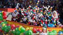 Eine Gruppe in Clown-Kostümen zieht am 10.02.2013 während des traditionellen Faschingszuges auf einem Wagen durch die Innenstadt von Würzburg (Bayern). Foto: Daniel Karmann/dpa