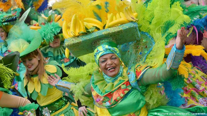 Verkleidete Teilnehmer tanzen beim Samba-Karneval Foto: Carmen Jaspersen/dpa
