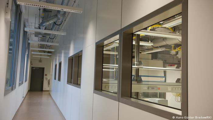 لابور سطح ۴ ایمنی انستیتو روبرت کخ: فضایی که در پس این شیشهها قرار دارد برق و آب و هوای خاص خودش را دارد و هوای آن به بیرون درز نمیکند
