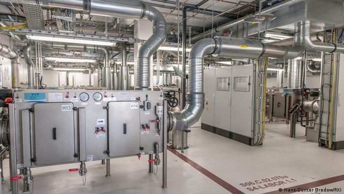 تصویری از یک آزمایشگاه گروه ۴ متعلق به انستیتو رابرت کخ آلمان در برلین
