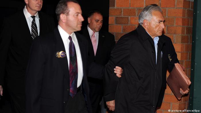 Dominique Strauss-Kahn wird von der New Yorker Polizei abgeführt (Foto: DPA)