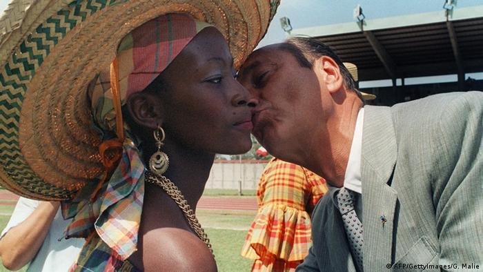 Jacques Chirac küsst eine Frau (Foto: AFP)