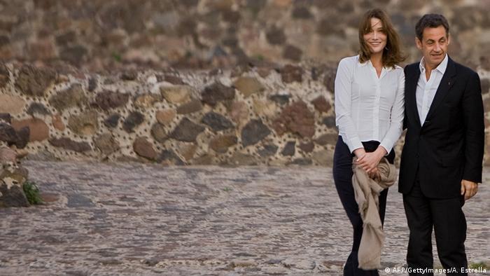 Sarkozy mit Carla Bruni (Foto: AFP)