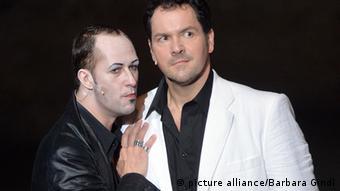 Eine Szene aus einer Faust-Theateraufführung: links Mephisto, rechts Dr. Faustus