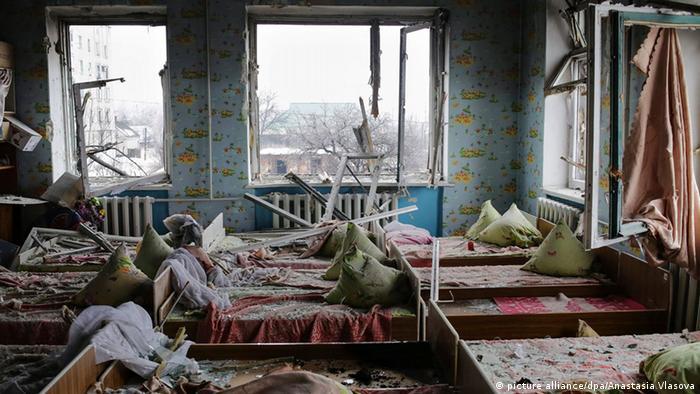 Разрушенное здание детсада в Дебальцево