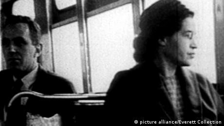 Rosa Parks riding on the Montgomery Area Transit System bus (picture alliance/Everett Collection)