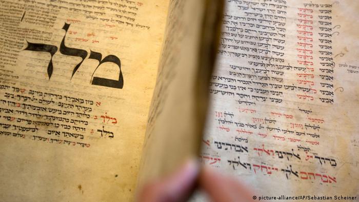 Ein jüdisches Gebetsbuch aus dem 13. Jahrhundert mit hebräischen Schriftzeichen