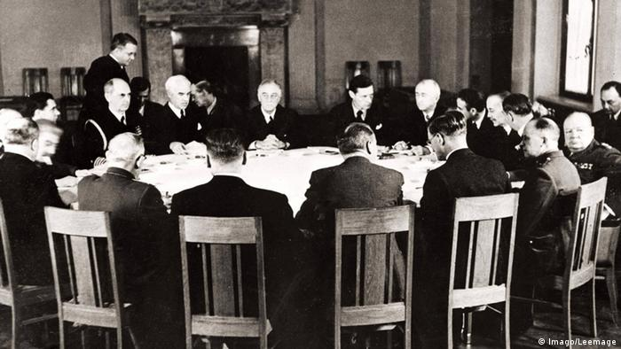 The negotiating table during the Yalta Conference on 1945 (Imago/Leemage)