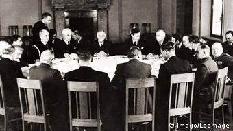 Ιστορική εικόνα από το 1945. Οι τρεις μεγάλοι και άλλοι πολλοί στο τραπέζι των διαπραγματεύσεων