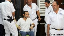 CAIRO, EGYPT - OCTOBER 18: Egyptian activist Ahmed Duma (2nd L), accused to opposing demonstration act of Egypt, arrives to the court hall with the guidance of guards before the trial starts at Police Academy in Cairo, Egypt on October 18, 2014. Ahmed Duma has been staging hunger strike for a while. (Stringer - Anadolu Agency) Keine Weitergabe an Drittverwerter.