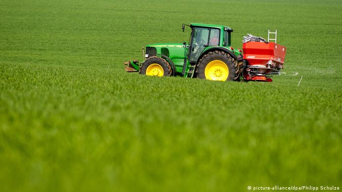 Traktor auf einem Feld in Niedersachsen