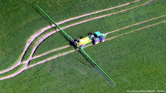Traktor auf einem Feld in Niedersachsen (Foto: dpa)