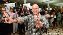 dpatopbilder epa04603578 Australian journalist Peter Greste (C) celebrates on arrival at Brisbane International Airport in Brisbane, Australia, 05 February 2015. Al Jazeera journalist Peter Greste arrived back in Australia after he was released from a Cairo jail on 01 February 2015, and deported after 400 days in custody on charges of faked reporting and collaborating with the banned Muslim Brotherhood. EPA/DAVE HUNT AUSTRALIA AND NEW ZEALAND OUT