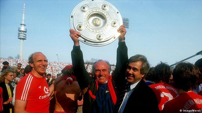 شادی اودو لاتک (همراه با جام) از کسب عنوان قهرمانی بوندسلیگا در سال ۱۹۸۶ به همراه بایرن مونیخ