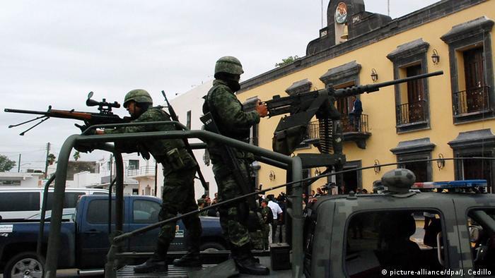 Soldados fuertemente armados patrullan la localidad de San Fernando, en Tamaulipas.