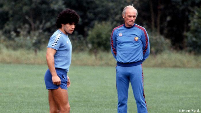 اودو لاتک (راست) در کنار دیگو ماردونا، ستاره بزرگ عالم فوتبال در حین یکی از تمرینات بارسلونا